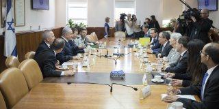 Gespärch am Tisch, umringt von Journalisten