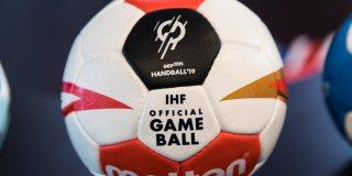 Foto vom WM-Handball im rot-weißem Design, sowie schwarzen und goldenen Elementen darauf.