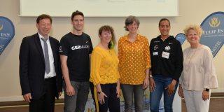 Staatssekretärin Andrea Milz beim Startschuss der Fecht-EM mit 5 weiteren Personen.