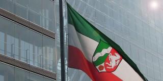 Wehende NRW-Fahne vor dem Gebäude der Staatskanzlei