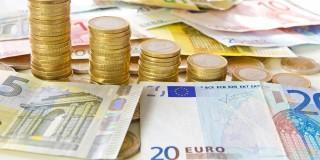 Auf dem Bild zu erkennen sind Euro-Geldscheine sowie aufgetürmte Euro-Münzen.
