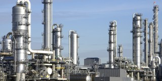 Das Foto zeigt einen industriellen Raffinerie-Komplex.
