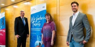 V.l.: Dr. Ingo Wolf, Staatssekretärin Andrea Milz und Max Hartung stehen vor einer holzgetäfelten Wand.