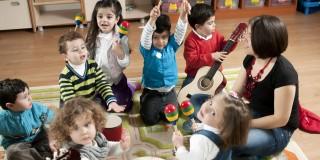 Das Foto zeigt spielende Kinder in einem Kindergarten.