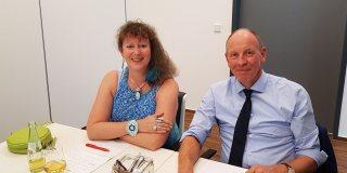 Staatssekretärin Andrea Milz im Gespräch mit Oberbürgermeister Bernd Tischler an einem Tisch sitzend.