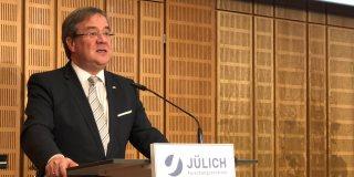 Ministerpräsident Laschet steht am Rednerpult und hält eine Rede zur Gedenkfeier von Peter Grünberg im Jülicher Forschungszentrum.