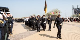 Militärparade von schwarz-uniformierten Soldaten.