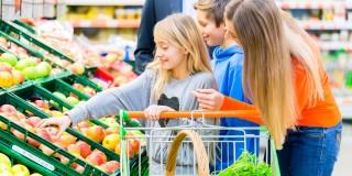 Bild Familie beim Einkauf vor dem Obst- und Gemüsestand