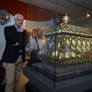 Minister Duin steht vor einem Glaskasten