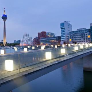 Foto des Düsseldorfer Medienhafens bei Nacht