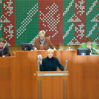 Das Bild zeigt Ministerpräsidentin Kraft am Rednerpult des NRW-Landtags.