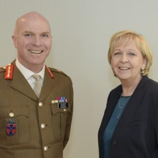 Das Foto zeigt Ministerpräsidentin Kraft (rechts) und Generalmajor John Henderson (links).