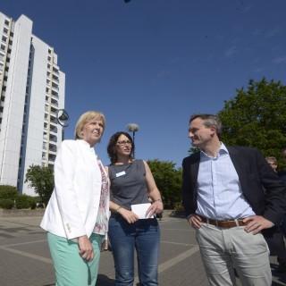 Ministerpräsidentin Hannelore Kraft und Thomas Geisel stehen vor einem großen, weißen Haus