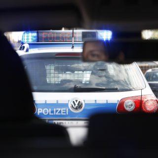 """Vor einem Auto ein Einsatzwagen der Autobahnpolizei mit dem Hinweis """"Bitte folgen"""""""