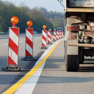 Bild zeigt einen Lkw in einer Autobahnbaustelle