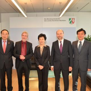 Das Foto zeigt die chinesische Delegation um Professorin Yan Junqi bei Chef der Staatskanzlei Lersch-Mense.