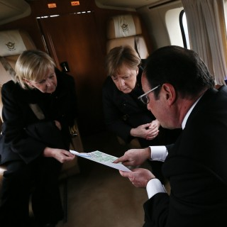 Ministerpräsidentin Kraft und Bundekanzlerin Merkel fliegen zum Absturzort