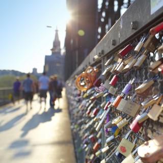 Das Bild zeigt die Liebesschlösser auf der Kölner Hohenzollernbrücke.