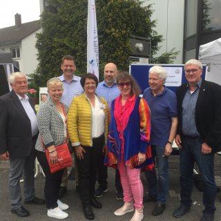 Staatssekretärin Andrea Milz mitig mit dem Landrat Schuster (ganz rechts), Jochen Beuckers vom Forum Ehrenamt, in 2. Reihe ganz links, und den Organisatoren des Grünen Sonntags in Oberpleis.