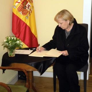 Eintrag der Ministerpräsidentin Hannelore Kraft in das Kondolenzbuch des spanischen Generalkonsulats