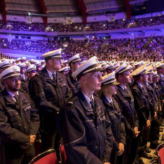 1.920 Polizistinnen und Polizisten des Einstellungsjahrgangs 2016 stehen zur Begrüßung vor ihren Plätzen in der Dortmunder Westfalenhalle.