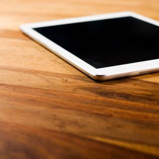 Das Bild zeigt ein iPad, das auf einem Tisch liegt.