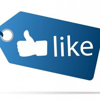 """Auf dem Foto ist ein blaues Etikett zu sehen, in dem ein """"Daumen hoch""""-Symbol mit dem englischen Schriftzug """"Like"""" enthalten ist."""