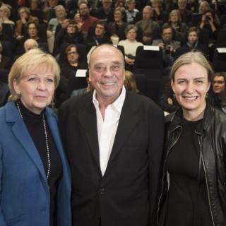 Das Foto zeigt den Künstler Günther Uecker in der Mitte. Links steht Ministerpräsidentin Hannelore Kraft, rechts Dr. Marion Ackermann, Künstlerische Direktorin der Kunstsammlung NRW