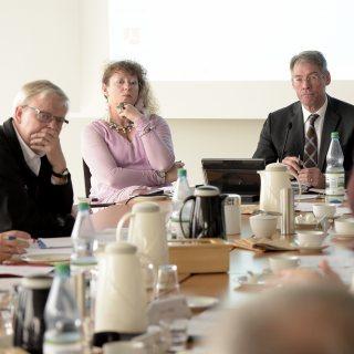 Staatssekretäre Milz und Richter sitzen an einem Konferenztisch.