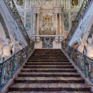 Bild des Treppenaufgangs im Schloss