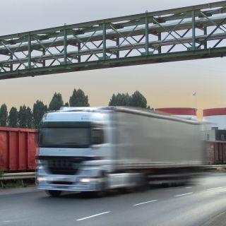 Ein LkW fährt auf einer Autobahn