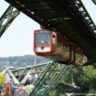 Sie sehen die Wuppertaler Schwebebahn.