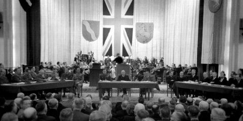Das Bild zeigt den mit Abgeordneten gefüllten Plenarsaal bei der Konstituierung des NRW-Landtags.