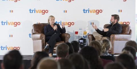 Ministerpräsidentin Kraft und Rolf Schrömgens sitzen auf Ledersesseln während einer Podiumsdiskussion