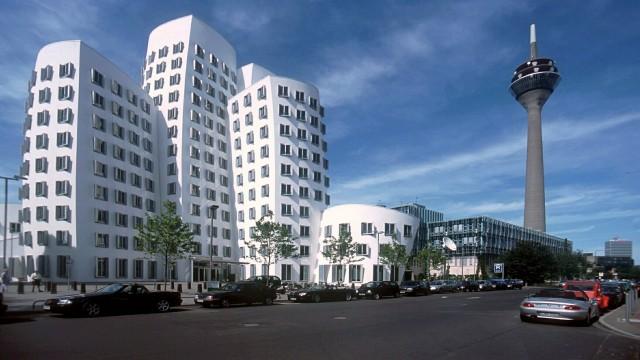Sie sehen die Gehry-Bauten im Düsseldorfer Medienhafen,