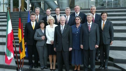 Das Bild zeigt das Kabinett von Ministerpräsident Jürgen Rüttgers.