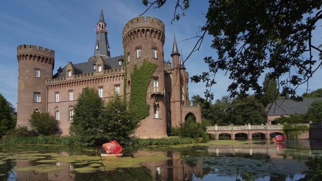 Auf dem Foto wird Museum Schloss Moyland in Bedburg-Hau abgebildet.