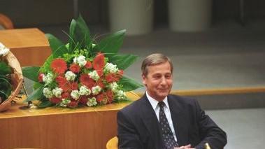 Das Bild zeigt Wolfgang Clement nach seiner Wahl zum Ministerpräsidenten 1998 auf der Kabinettbank im nordhrein-westfälischen Landtag.