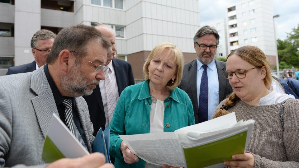 """Ministerpräsidentin Kraft (Mitte) informiert sich vor Ort über das Projekt """"Soziale Stadt Neu-Tannenbusch"""""""
