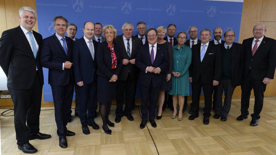Gruppenbild mit Ministerpräsident Armin Laschet