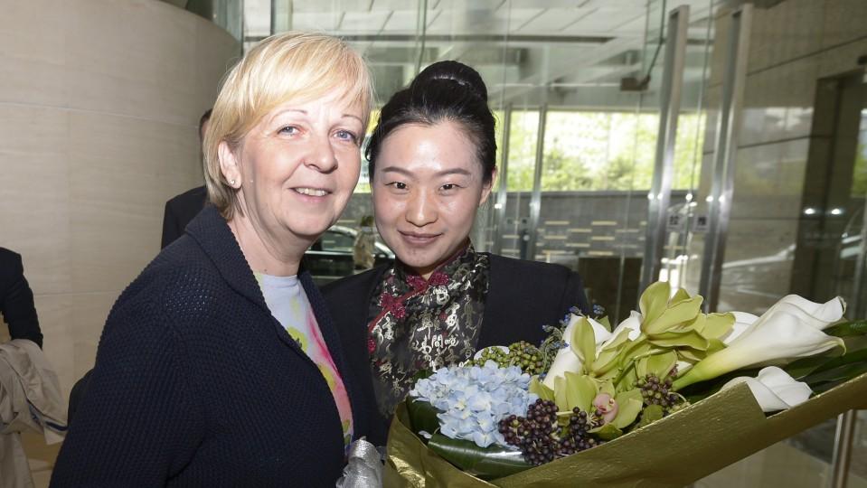 Ministerpräsidentin Hannelore Kraft wird von einer Mitarbeiterin mit einem Blumenstrauss im Regent Hotel in Peking empfangen