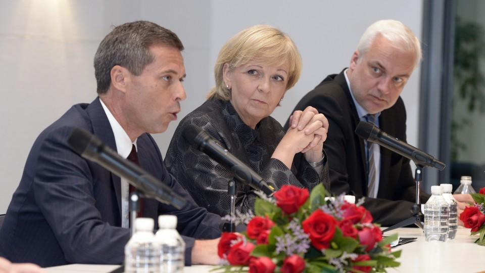 Der deutsche Botschafter Michael Clauß (l), Ministerpräsidentin Hannelore Kraft und Wirtschaftsminister Garrelt Duin auf einem Empfang des Landes NRW in der deutschen Botschaft in Peking.