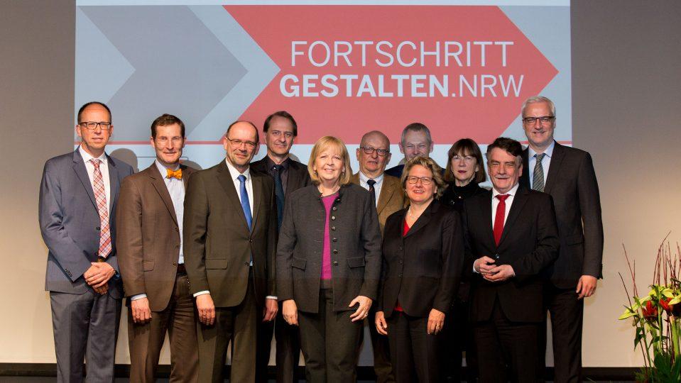 """Gruppenbild mit Ministerpräsidentin Hannelore Kraft und weiteren Kabinettmitgliedern beim Zukunftkongress """"Fortschritt.Gestalten"""" am 19. Januar 2017 in Düsseldorf"""