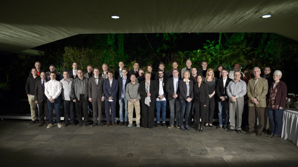 Das Bild zeigt ein Gruppenfoto mit allen Trägerinnen und Trägern der Rettungsmedaille 2015