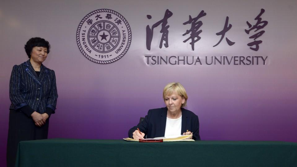 Ministerpräsidentin Hannelore Kraft trägt sich in das Gästebuch der Tsinghua Universität ein