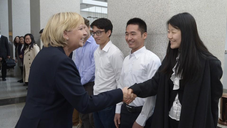 Ministerpräsidentin Hannelore Kraft begrüßt Studenten der Tsinghua University