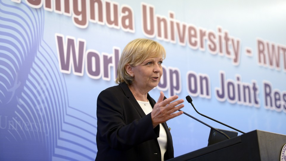 "Ministerpräsidentin Hannelore Kraft hält an der Tsinghua University ein Grußwort im Workshop zum Kooperationsprojekt ""Joint Research Laboratory"""