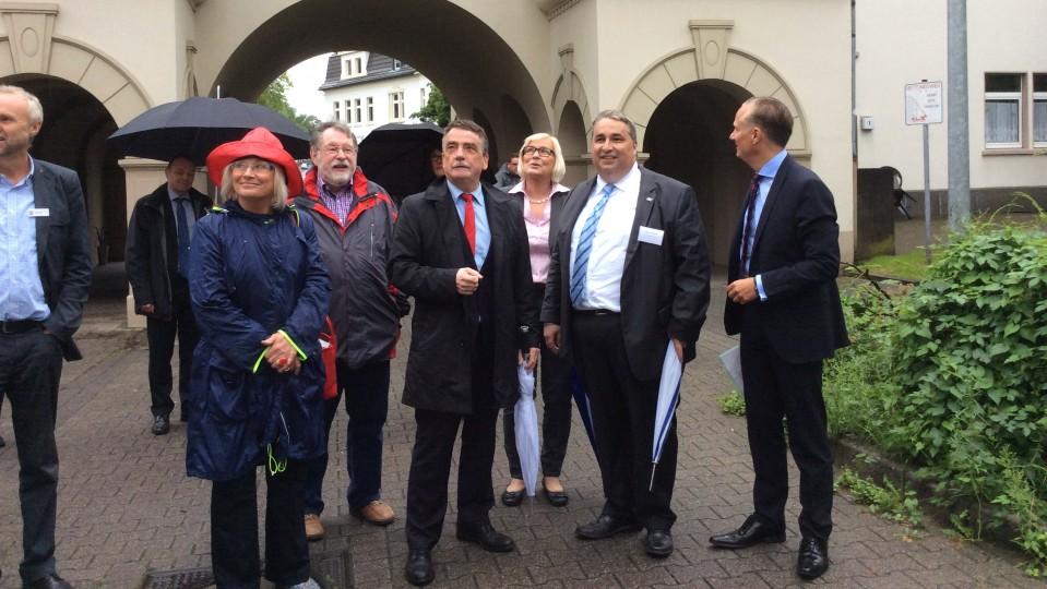 """Minister Groschek informiert sich in der Schievenfeldsiedlung in Gelsenkirchen über die Initiative """"Besser Wohnen""""."""