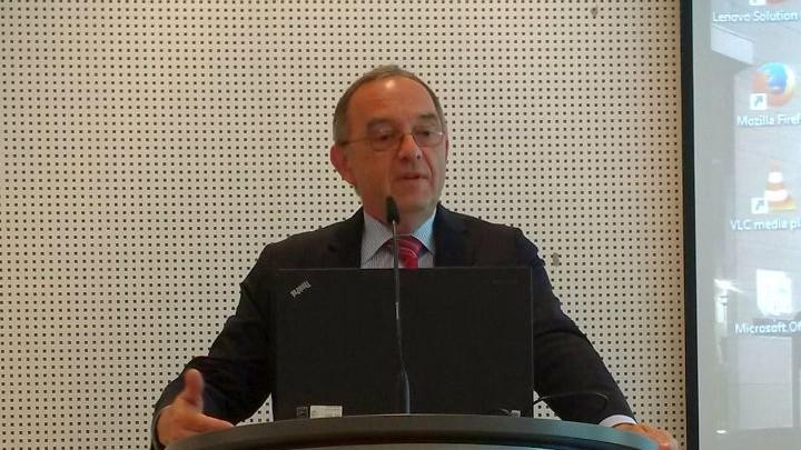 Das Foto zeigt den NRW-Finanzminister bei einer Rede an einem Pult.