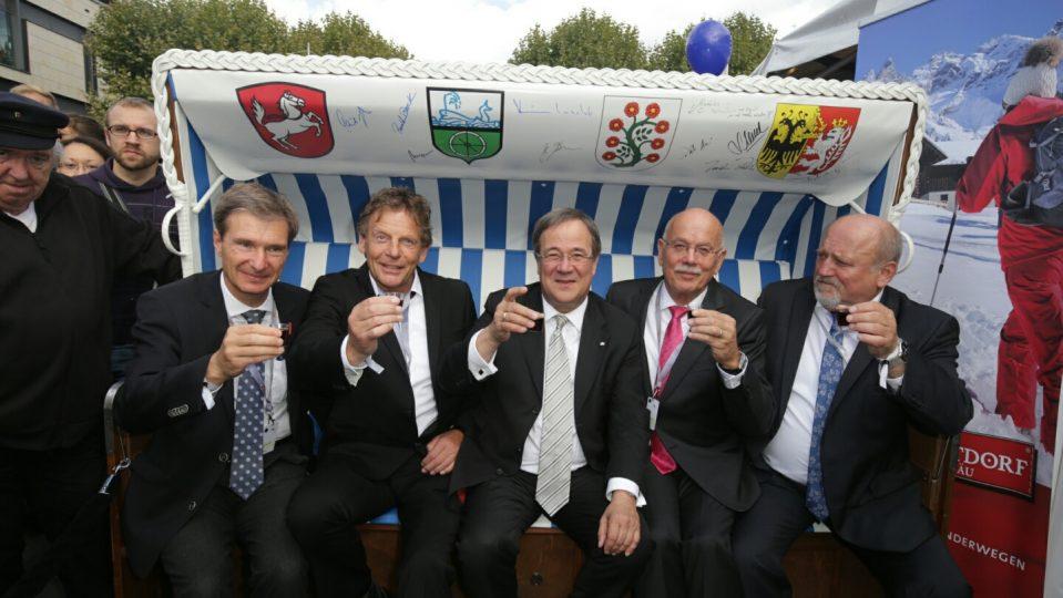 Ministerpräsident Armin Laschet mit den Bürgermeistern der Zipfelgemeinden